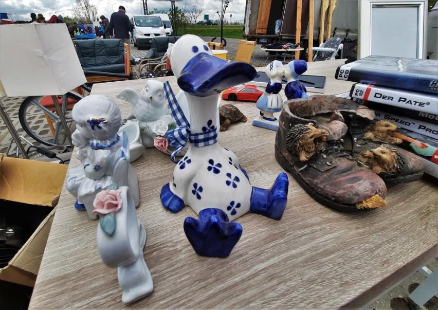 Dziwne, śmieszne, stare i ciekawe rzeczy na giełdzie w Sandomierzu. Kto to kupi? (ZDJĘCIA)