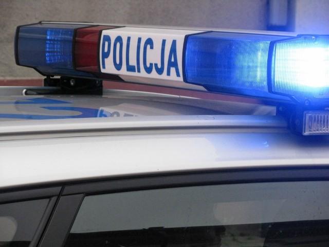 Wczoraj o godz. 19.50 przypadkowi spacerowicze zauważyli ciało mężczyzny przy skrajni zbiornika retencyjnego w Jamnie. Zawiadomili policję.