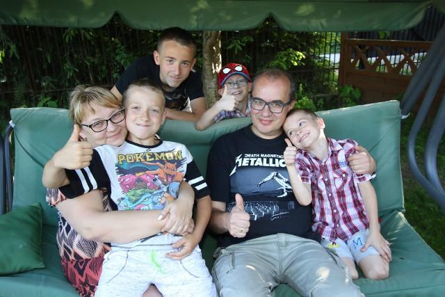 Rodzina Smurzyńskich w komplecie. Od lewej, na dole pani Izabela, Krzyś, pan Grzegorz, Kubuś, u góry Oliwier i Oskar.