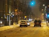 Opady śniegu i mróz. Fatalne warunki na łódzkich drogach! Sprawdziliśmy jak wyglądają jezdnie w Łodzi w sobotni wieczór. ZDJĘCIA