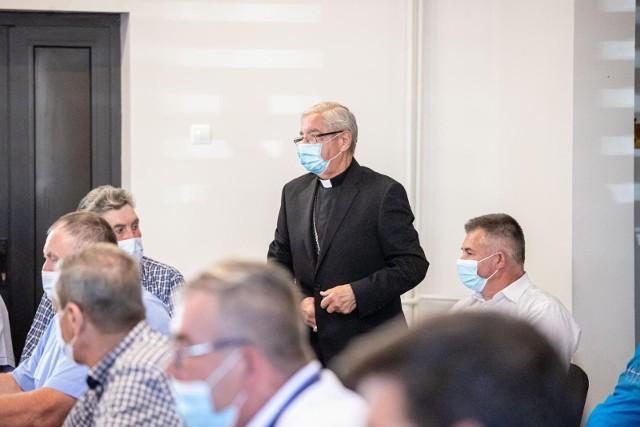 Arcybiskup senior Sławoj Leszek Głódź, sołtys Piasek, podczas sesji rady gminy Jaświły 29 czerwca 2021 roku