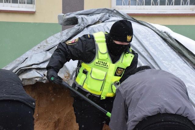Straż Miejska w Białymstoku przekazuje worki z piaskiem kierowcom z Kolizyjnego Podlasia