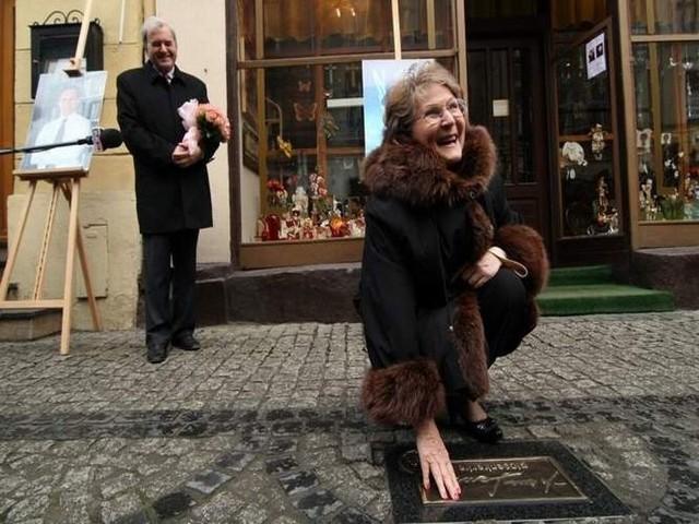 """""""Bydgoskie Autografy"""" - Irena Santor odsłania tabliczkę ze swoim autografem na ul. Długiej - 6 grudnia 2009 r."""