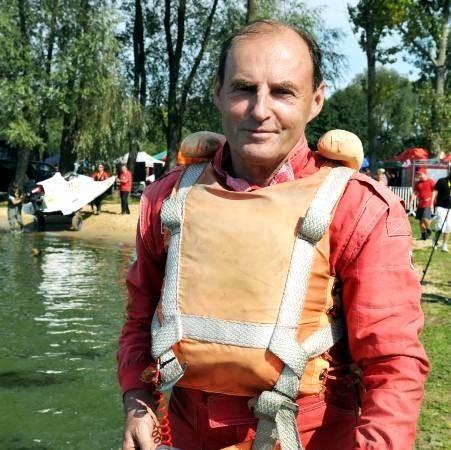 Lechosław Rybarczyk ma 65 lat, jest zawodnikiem KS Posnania Poznań, wielokrotnym mistrzem Polski w klasach S-550 i ON-550, aktualnym świata i Europy w klasie S-550.