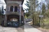 Zamek w Łapalicach wciąż oblegany przez turystów. Nie zniechęca ich nawet zakaz wejścia na teren budowli