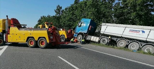 W piątkowy ranek cieżarówka została wyciągnięta na drogę