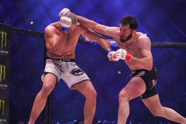 Mamed Chalidow (z prawej) przegrał z Tomaszem Narkunem