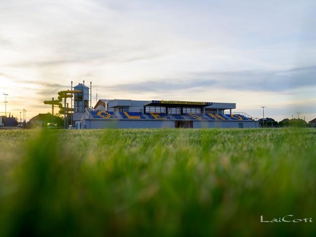 Modernizacja i rozbudowa stadionu miejskiego w Oleśnie na ostatniej prostej.