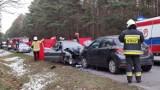 Śmiertelny wypadek w Paskrzynie koło Piotrkowa. Czołowe zderzenie na drodze wojewódzkiej. Na miejscu zginęły dwie osoby ZDJĘCIA