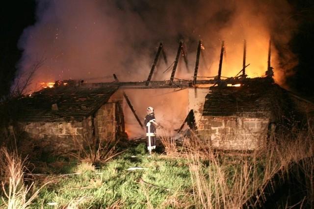 Działania strażaków polegały na dogaszeniu płonącej więźby dachowej i wypalonych desek.