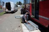 Zamontowano metalowe, ażurowe stopnie wiodące do tramwaju
