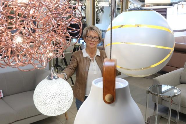 Małgorzata Kempińska prezentuje szeroka ofertę najmodniejszych lamp ze Studia Oświetlenia w Szumen Galeria Wnętrz.