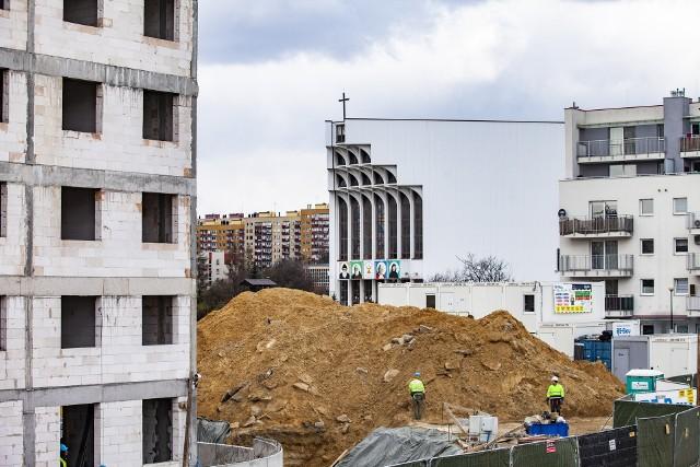 Budowa nowego bloku w Czyżynach, w rejonie dawnego pasa startowego, koło osiedla Avia
