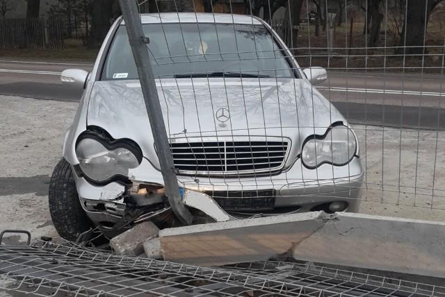 W czwartek około godziny 16:00 policjanci wysokomazowieckiej drogówki zauważyli w Czyżewie na ulicy Nurskiej osobowego mercedesa, którego kierowca przekroczył dozwoloną prędkość. Gdy funkcjonariusze próbowali zatrzymać samochód do kontroli, jego kierowca nie zareagował na dawane mu sygnały , przyspieszył i zaczął uciekać. Mundurowi natychmiast za nim ruszyli. Po przejechaniu około 300 metrów kierowca mercedesa próbował skręcić w prawo, na plac komisu samochodowego.