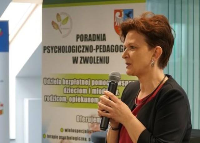 Dyrektor Izabela Młyńska zachęca rodziców i dzieci do udziału w warsztatach organizowanych przez Poradnię Psychologiczno-Pedagogiczną w Zwoleniu.