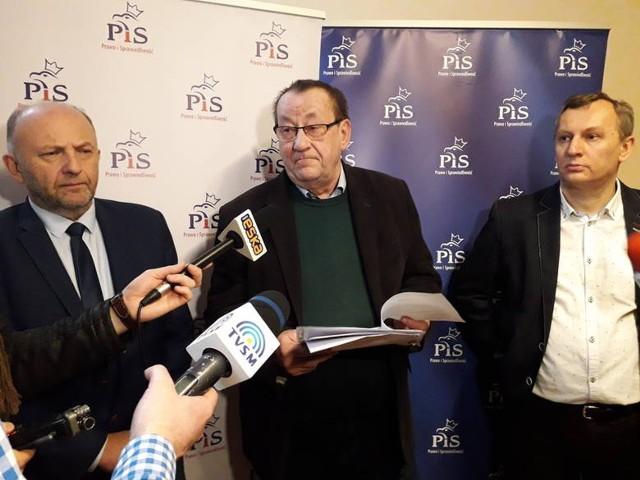 Zawiadomienie do prokuratury w tej sprawie złożył Andrzej Wiśniewski (w środku) o czym poinformował podczas konferencji prasowej 23 grudnia 2019 roku.