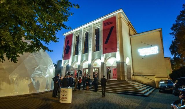 - Zapraszam do kontaktu co najmniej 3 dni przed datą spektaklu, by sprawdzić dostępność miejsc i umożliwić nam podjęcie działań, które pozwolą wszystkim widzom bezpiecznie i komfortowo uczestniczyć w spektaklu - poleca dyrektor Teatru Polskiego osobom niepełnosprawnym.