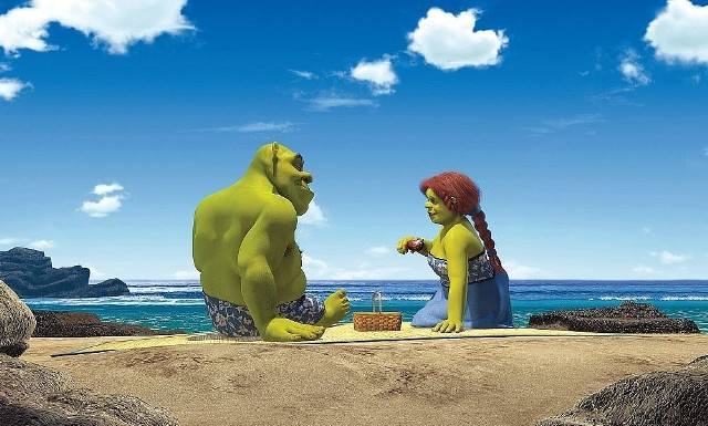 """""""Sherk II""""Kontynuacja świetnej komedii! Shrek i jego żona, księżniczka Fiona z królestwa Zasiedmiogórogrodu, otrzymują zaproszenie od rodziców panny młodej. Teściowie pragną poznać męża i wybawiciela córki, nie wiedzą jednak, że jest nim ogr. Shrek ma wątpliwości, czy ich widok ucieszy teściów, ale ulega prośbom Fiony i we troje - razem z osłem - wyruszają w podróż. Po przybyciu na miejsce spełniają się najgorsze obawy Shreka. W dodatku Wróżka Chrzestna, która przed laty zawarła z królem umowę, na mocy której Fiona miała poślubić jej syna, zrobi wszystko, by wyswatać syna z królewną.  Emisja: TVN, godz. 20:00"""