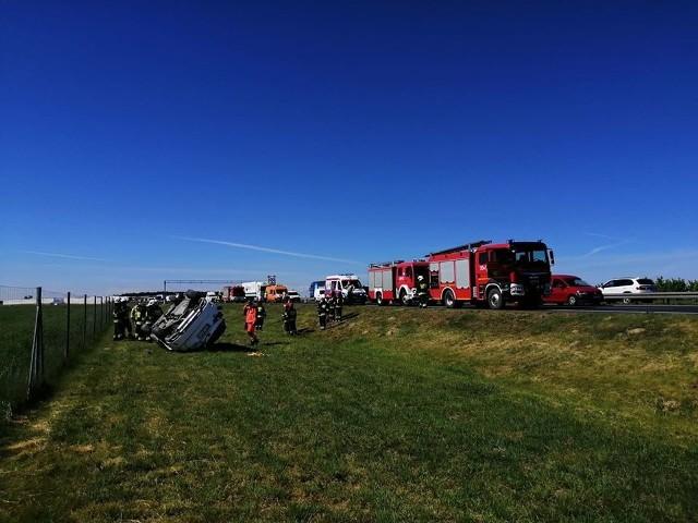 Do dachowania doszło na drodze ekspresowej S11 na wysokości miejscowości Batorowo.