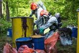 Zagrożenie chemiczne w lesie pod Bydgoszczą - zakaz wstępu po znalezieniu beczek