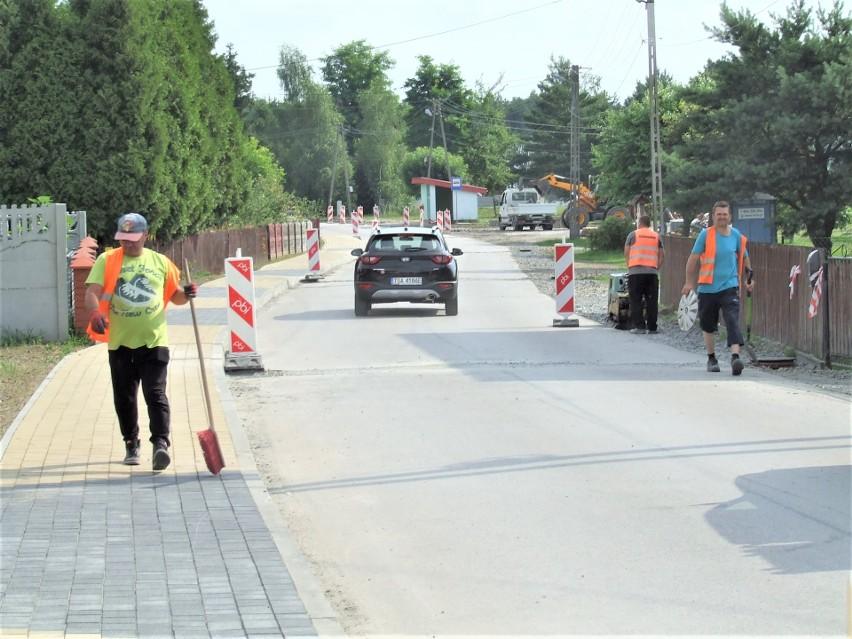 Powiatowe inwestycje w gminie Grębów: droga, chodniki, renowacje