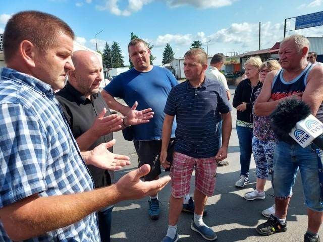 Przedsiębiorcy z giełdy przy Łyskowskiego w Grudziądzu czują rozgoryczenie, że ani władze miasta ani administracja - MPGN - nie rozmawiała z nimi na temat tego gdzie mają się przenieść po tym jak otrzymali wypowiedzenia umów dzierżawy. W miejscach ich pawilonów ma być budowana nowa siedziba komendy Straży Pożarnej