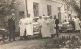 Historia pogotowia w Chełmie na starych zdjęciach. W roli głównej personel i samochody