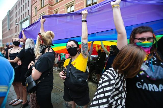 Manifestacja w obronie środowisk LGBT przed Komendą Wojewódzką Policji we Wrocławiu.