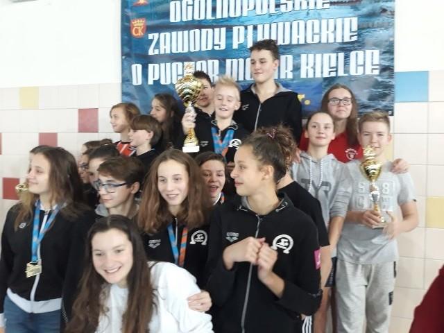 W sobotę i niedzielę w Kielcach odbyły się Ogólnopolskie Zawody Pływackie o Puchar MOSiR.  Na pływalni Orka przy ulicy Kujawskiej rywalizowało w nich około 150 pływaków z 22 klubów z całej Polski.-Zawody były ciekawe, emocjonujące. Niektóre konkurencje stały na wysokim poziomie. Dziękujemy klubom za udział w tej imprezie - mówiła Jadwiga Głowacka, kierownik Działu Organizacji Imprez Sportowych w Miejskim Ośrodku Sportu i Rekreacji w Kielcach.W klasyfikacji drużynowej zwyciężyła Omega Olkusz, której pływacy wywalczyli 349 punktów. Drugie miejsce zajął KSZO Ostrowiec Świętokrzyski - 280 punktów, trzecie Korona-Swim Kielce – 238 punktów.Jeśli chodzi o pozostałe kluby z województwa świętokrzyskiego, to na szóstej pozycji sklasyfikowany został Salos Cortile Kielce z dorobkiem 102 punktów, na dwunastej Akwedukt Kielce - 32 punkty, na siedemnastej Orka MOSiR Kielce - 20 punktów, na osiemnastej TS Połaniec - 18 punktów, a 22. pozycję zajął Delfin Połaniec, który na tych zawodach zgromadził dwa punkty.(dor)
