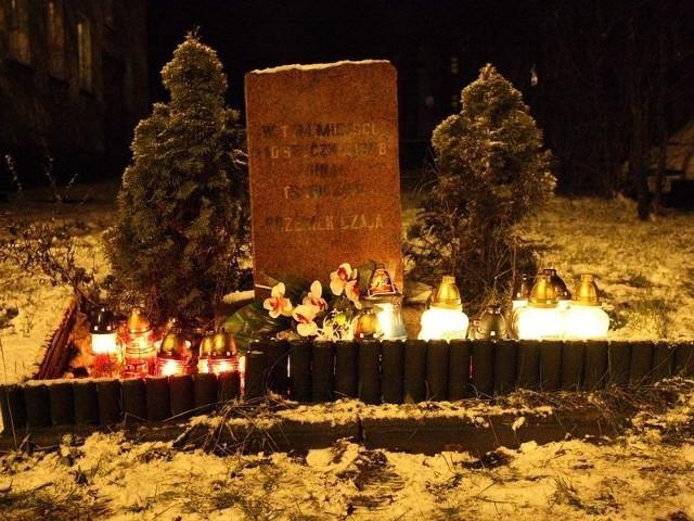 Symboliczny pomnik przy ulicy Szczecińskiej otoczyły znicze.