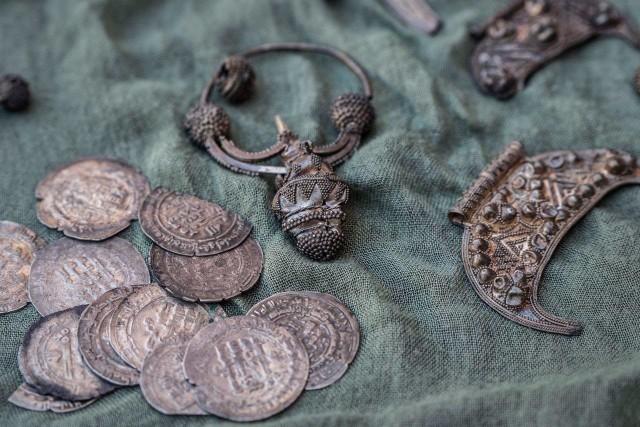 Dokładnie 541 srebrnych monet wczesnośredniowiecznych (tzw. dirhemów) oraz prawie 30 elementów bogato ornamentowanej srebrnej biżuterii tworzy depozyt, który od niedawna jest własnością lubelskiego muzeum. Na zdjęciu stan przed konserwacją