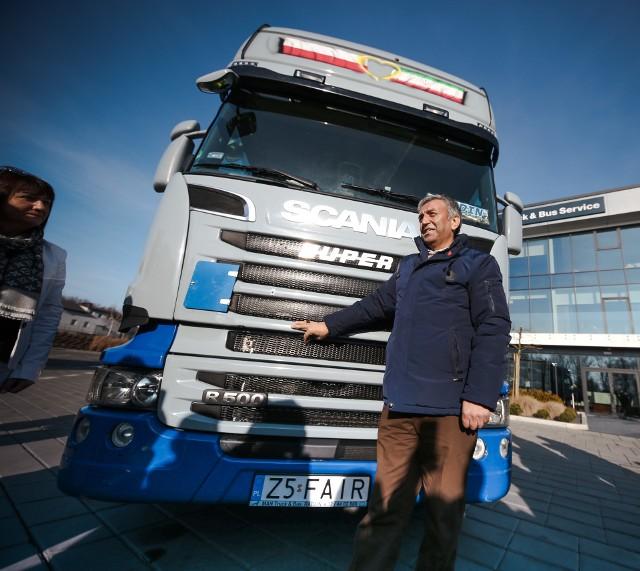 Fardin Kazemi z Iranu w środę w Radlinie odebrał nową ciężarówkę