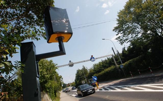 Polski system automatycznego nadzoru nad ruchem drogowym (CANARD) Głównego Inspektoratu Transportu Drogowego to w sumie 434 fotoradarów, 29 urządzeń do odcinkowego pomiaru prędkości, urządzenia rejestrujące wjazd na czerwonym świetle zainstalowane na 20 skrzyżowaniach oraz 29 wideorejestratorów na pokładach radiowozów GITD.Gdzie najłatwiej dostać mandat w Kujawsko-Pomorskiem? Zobacz listę fotoradarów na kolejnych slajdach >>>>>