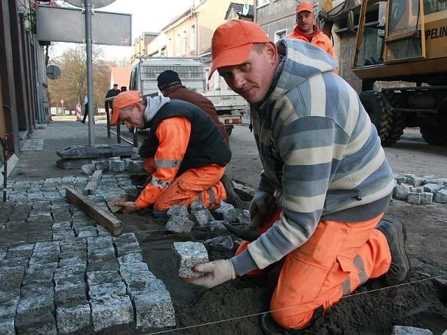 - Chodnik wykładamy kostkami z granitu - mówi Tomasz Skrzypczak (na pierwszym planie).