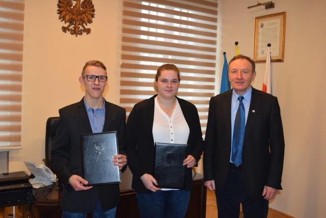 Anna Wloka, Marcel Chodura i burmistrz Olesna Sylwester Lewicki.