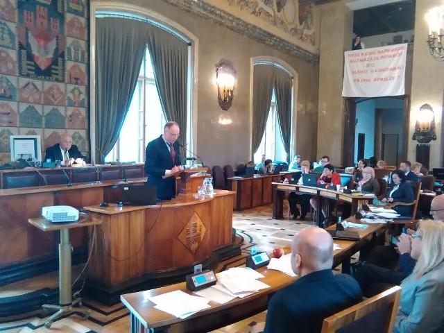 Prezes Zbigniew Rapciak odpowiada na pytania radnych