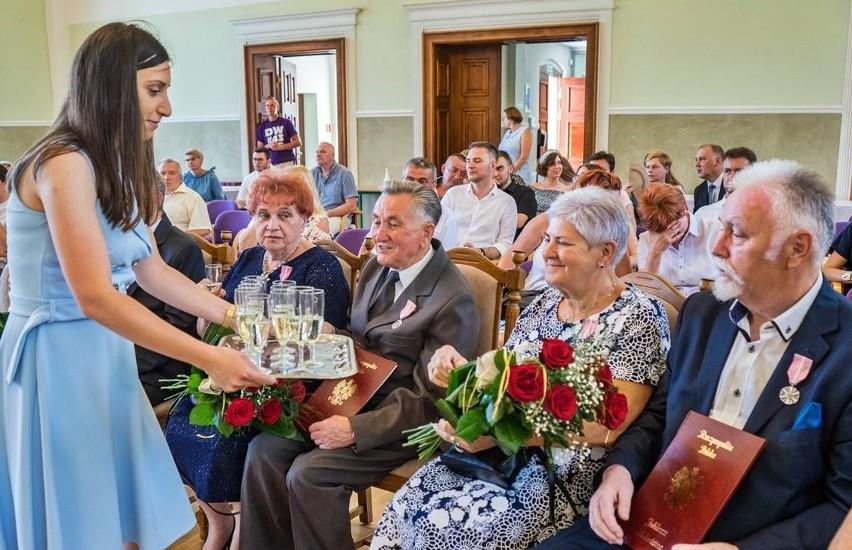 Małżonkom z gminy Nakło medale wręczono w dawnej sali...
