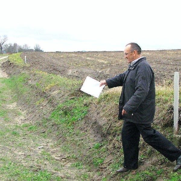 Antoni Westfal pokazuje, jak powinna wyglądać  droga między polami i działkami budowlanymi w  Dziechowie