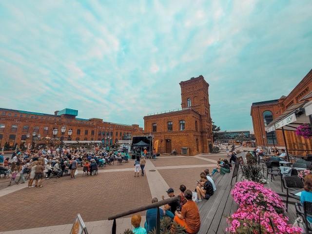 Manufaktura zaprasza na plenerowe spektakle czwartkowe w sierpniu w ramach cyklu Letnie spotkania z Teatrem Małym.