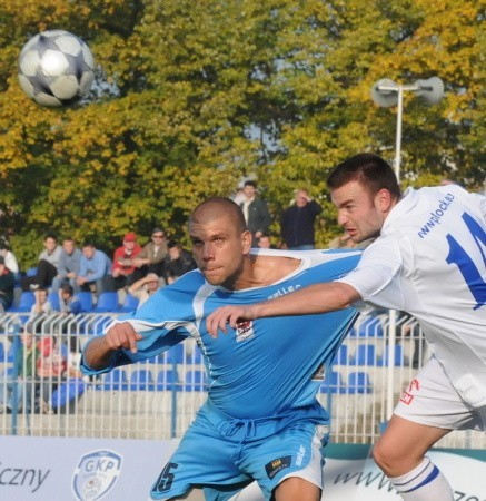 Zawodnicy obu zespołów nie przebierali w środkach. Gorzowianina Adama Więckowskiego (z lewej) próbuje powstrzymać strzelec dwóch goli Serb Marjan Jugović.