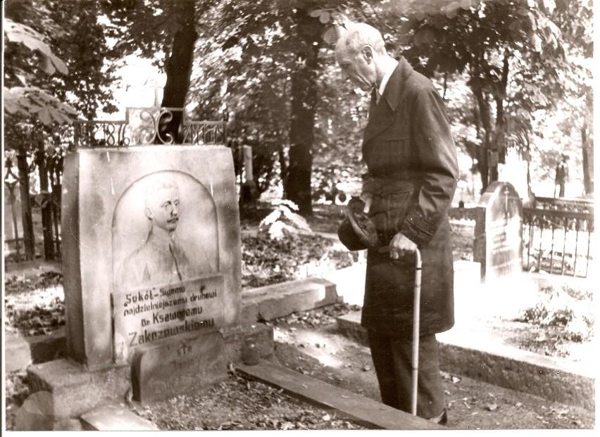 Prof. Zbigniew Zakrzewski nad grobem ojca na Cmentarzu...