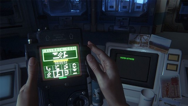 Alien: IsolationW Alien: Isolation nie znajdziemy żadnych hologramów, czy nowoczesnych wyświetlaczy. Tu na starych monitorach wciąż dominuje zieleń.