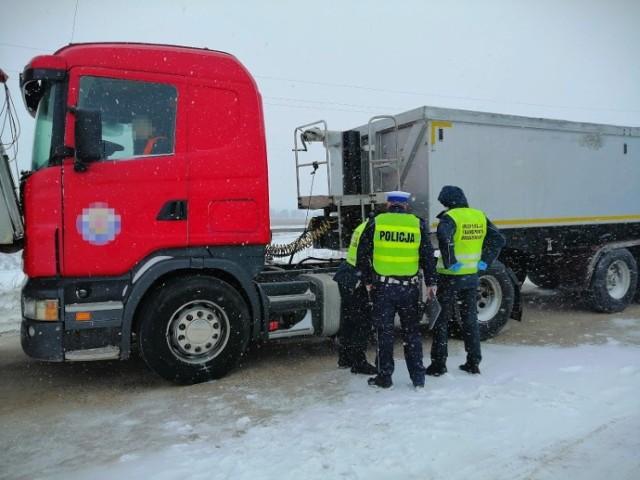 W czwartek 11 marca 2021 r. w Ostrowitem 31-letni mężczyzna, który kierował samochodem ciężarowym z naczepą, stoczył się i został przygnieciony do innego unieruchomionego TIR-a