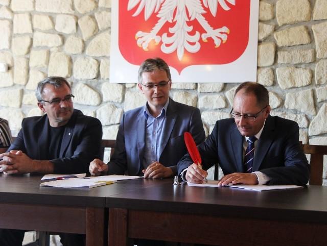 W poniedziałek umowę podpisali: (od lewej) członek zarządu województwa Piotr Żołądek, marszałek Adam Jarubas i wójt gminy Kije, Krzysztof Słonina.
