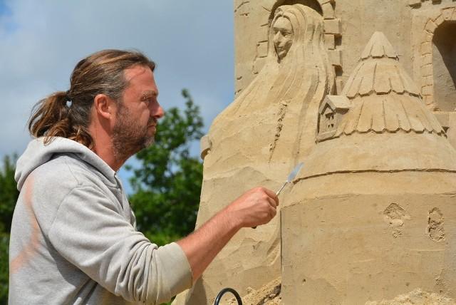 Rzeźba, mimo, iż zrobiona z piasku, jest odporna na deszcz i wiatr. Uszkodzić ją może tylko wandalizm.