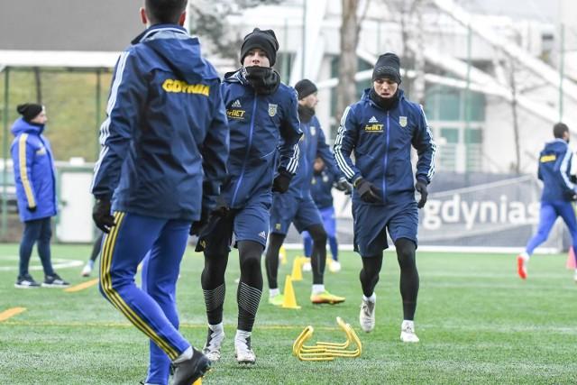 Piłkarze I-ligowej Arki Gdynia przygotowują się do wznowienia sezonu na boiskach ze sztuczną nawierzchnią