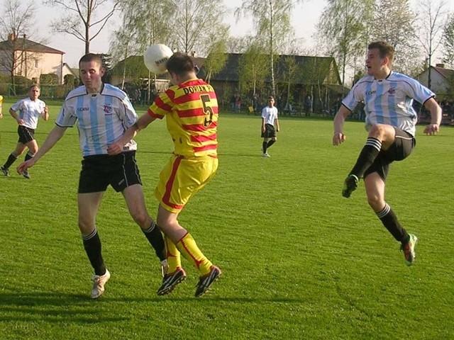 Pilkarze Sokola Kolbuszowa Dolna (zólto-czerwone stroje) ulegli na wlasnym boisku rywalowi z Pustkowa 1-2.