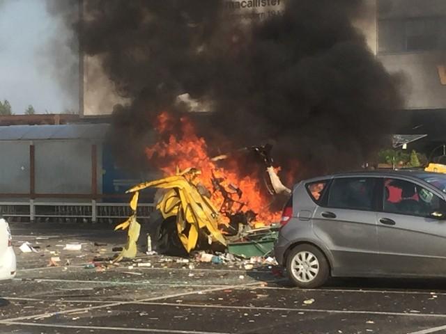 Na parkingu przy Castoramie w Sosnowcu doszło do wybuchu i pożaru. KLienci szklepu zostali ewakuowani. Samochody sa zniszczoneZobacz kolejne zdjęcia. Przesuń zdjęcia w prawo - wciśnij strzałkę lub przycisk NASTĘPNE
