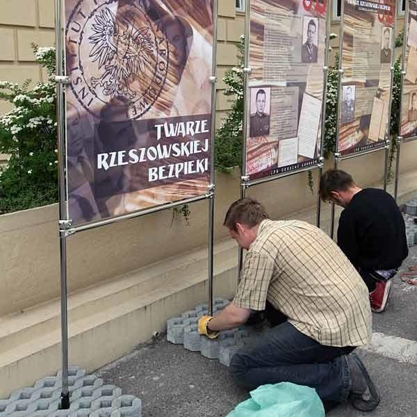 Współtwórcy wystawy: Krzysztof Karczmarski (na pierwszym planie) i Mariusz Krzysztofiński z rzeszowskiego oddziału IPN.