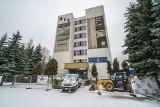 """Nowy Sącz. Budynek """"A"""" WSB przekształcają w blok z tanimi mieszkaniami. Kawalerki na sprzedaż za mniej niż 100 tysięcy złotych [ZDJĘCIA]"""